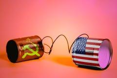 Teléfono de la lata con los E.E.U.U. y las banderas de Unión Soviética Concepto de la comunicación imagen de archivo libre de regalías