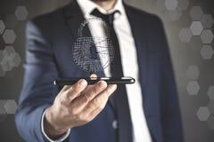Teléfono de la mano del hombre con la cerradura en pantalla fotografía de archivo