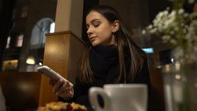 Teléfono de la mujer y almuerzo en café, tiempo libre, comunicación del goce que hablan almacen de metraje de vídeo