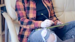Teléfono de la tableta de la pluma de la muchacha almacen de metraje de vídeo