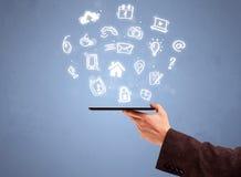 Teléfono de la tableta de la tenencia de la mano con los iconos exhaustos Imagen de archivo