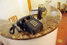 Teléfono de la vendimia en el escritorio imagen de archivo