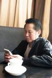 Teléfono de mediana edad del hombre Fotografía de archivo