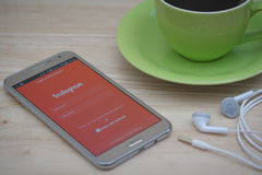 Teléfono de Moblie con el servicio social Instagram del establecimiento de una red en la pantalla imagen de archivo libre de regalías