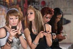 Teléfono de ocultación adolescente femenino Imagen de archivo libre de regalías