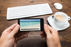 Teléfono de Person Watching Video On Mobile fotos de archivo