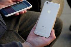 TELÉFONO DE PLE O IPHONES Fotos de archivo libres de regalías
