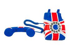 Teléfono de Union Jack con el receptor del gancho que pone delante del teléfono aislado en el fondo blanco Fotos de archivo libres de regalías
