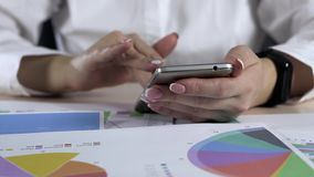 Teléfono de Woman Using Smart del contable en oficina almacen de video