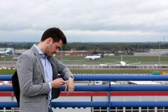 Teléfono del aeropuerto del hombre de negocios Fotos de archivo libres de regalías