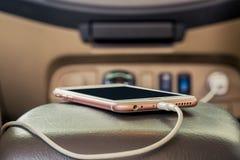 Teléfono del enchufe del cargador en el coche imagenes de archivo