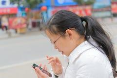 Teléfono del uso de la muchacha Fotos de archivo