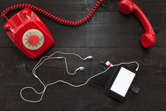 Teléfono del vintage contra smartphone imágenes de archivo libres de regalías
