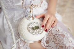 Teléfono del vintage en manos fotografía de archivo