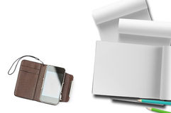 Teléfono elegante con el cuaderno de papel. Fotos de archivo
