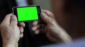 Teléfono elegante con la pantalla verde almacen de metraje de vídeo