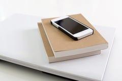 Teléfono elegante con los cuadernos imagen de archivo