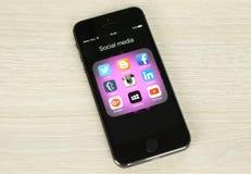 Teléfono elegante con los medios iconos sociales en su pantalla Imagen de archivo libre de regalías