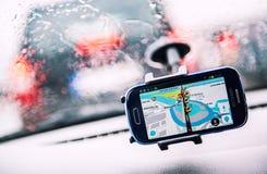 Teléfono elegante con un navegador de Waze GPS en la pantalla Imagen de archivo