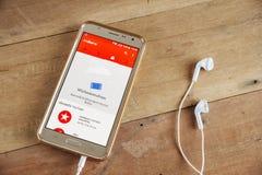 Teléfono elegante con YouTube app Imágenes de archivo libres de regalías