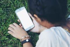 Teléfono elegante de la explotación agrícola adolescente Foto de archivo libre de regalías