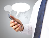 Teléfono elegante del hombre con los iconos de la burbuja del discurso Fotos de archivo libres de regalías