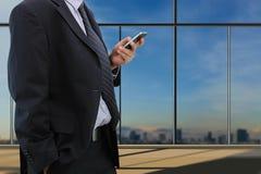 Teléfono elegante del juego del hombre de negocios Fotografía de archivo libre de regalías