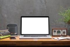 Teléfono elegante del ordenador portátil en la mesa de trabajo de madera Fotografía de archivo