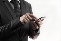 Teléfono elegante del uso de la mano del hombre de negocios. Fotos de archivo