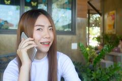 Teléfono elegante del uso feliz Fotografía de archivo