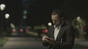 Teléfono elegante descontentado del uso barbudo del hombre de negocios almacen de metraje de vídeo
