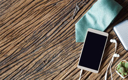 Teléfono elegante en blanco de Moblie con el accessorie del teléfono y del caballero del oído Fotografía de archivo