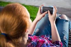 Teléfono elegante en manos del adolescente Fotografía de archivo libre de regalías