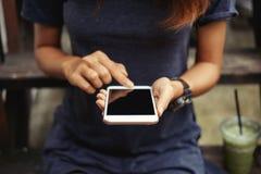 Teléfono elegante en manos femeninas Imágenes de archivo libres de regalías