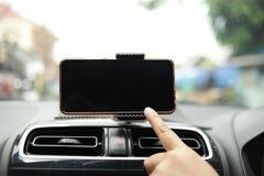 Teléfono elegante en mofa del coche para arriba fotografía de archivo