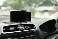 Teléfono elegante en mofa del coche para arriba foto de archivo