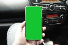 Teléfono elegante en mofa del coche para arriba foto de archivo libre de regalías