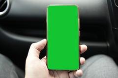 Teléfono elegante en mofa del coche para arriba fotografía de archivo libre de regalías