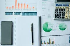 Teléfono elegante, pluma, informe financiero, calculadora con la carta del gráfico imágenes de archivo libres de regalías