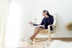 Teléfono elegante que escucha y que usa alegre adolescente femenino precioso Imágenes de archivo libres de regalías