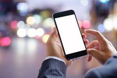 Teléfono elegante que muestra la pantalla en blanco en mano del hombre de negocios en el st del paseo Fotografía de archivo libre de regalías
