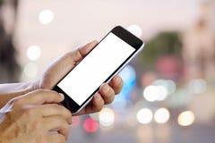 Teléfono elegante que muestra la pantalla en blanco en mano del hombre de negocios en el st del paseo Fotos de archivo