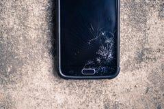 Teléfono elegante quebrado en la tierra Fotografía de archivo