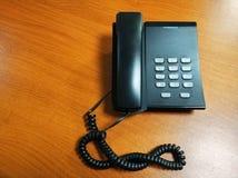 Teléfono en el escritorio en centro de atención telefónica u oficina imagen de archivo