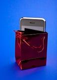 Teléfono en paquete del regalo fotografía de archivo