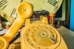 Teléfono en un de madera Imagenes de archivo