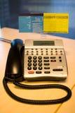 Teléfono en un escritorio de oficina Fotos de archivo