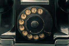 Teléfono envejecido retro en fondo foto de archivo