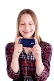 Teléfono móvil adolescente feliz de la risa y del uso de la muchacha Imágenes de archivo libres de regalías