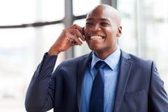 Teléfono móvil africano del ejecutivo de operaciones Imágenes de archivo libres de regalías
